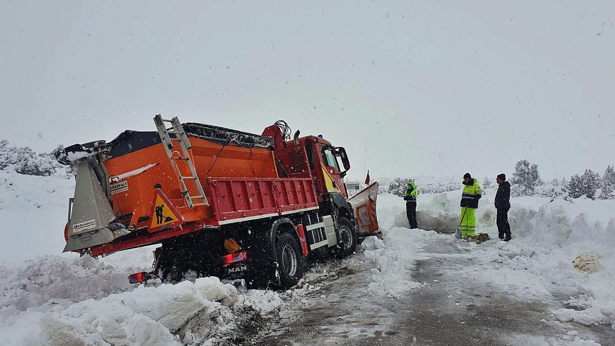 Varios operarios retiran  nieve en una carretera  de El Toro.  levante-emv