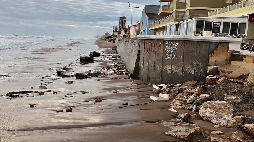 El temporal deja graves destrozos en el paseo marítimo del Mareny