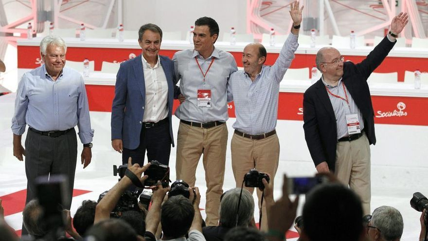 Sánchez logra sumar a González a la foto de la unidad con Zapatero y Almunia en el congreso del PSOE