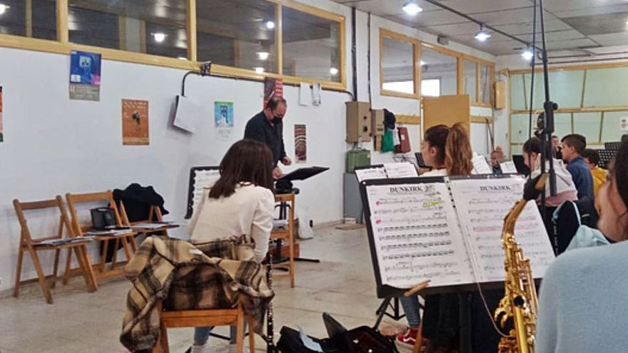 José Luis Tielas, repasa los temas para el Concierto de Primavera. | |  E. P.