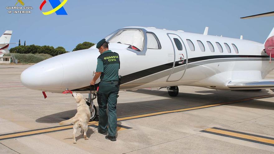 Detenido en el aeropuerto de Ibiza un pasajero de un 'jet' privado por tráfico de drogas