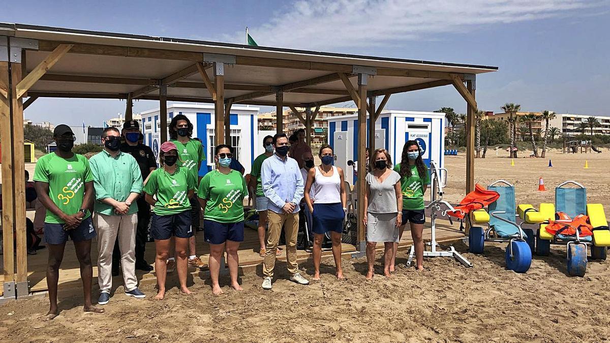 El alcalde y la edil de Playas, al presentar el servicio.   LEVANTE-EMV