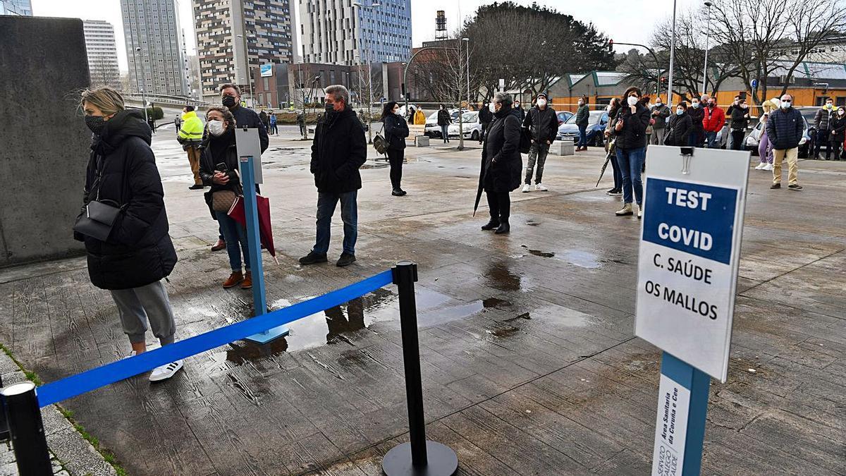 Ciudadanos de A Coruña acuden a un cribado masivo en Expocoruña.   | // CARLOS PARDELLAS