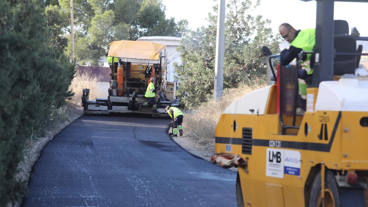 Asphalting work in the hamlet of Carrús.