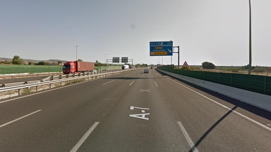 Fallece el conductor de una furgoneta tras colisionar con un camión en la A-7 en Crevillent