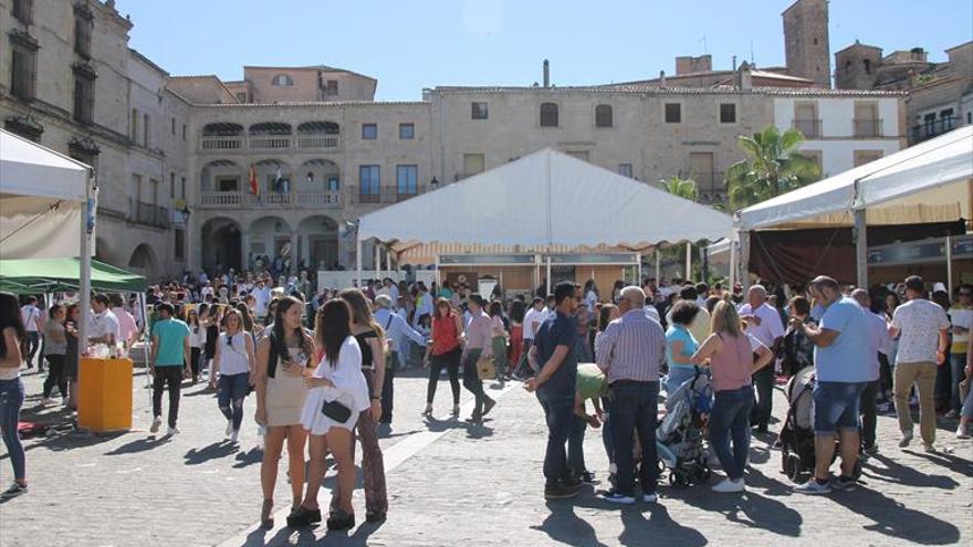 Jornada de calor y de mucho público en la plaza mayor de trujillo