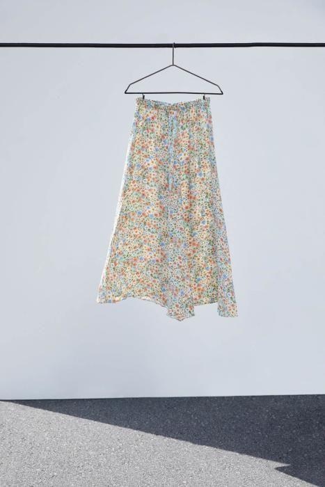 Falda midi de Zara. (Precio: 29,95 euros)