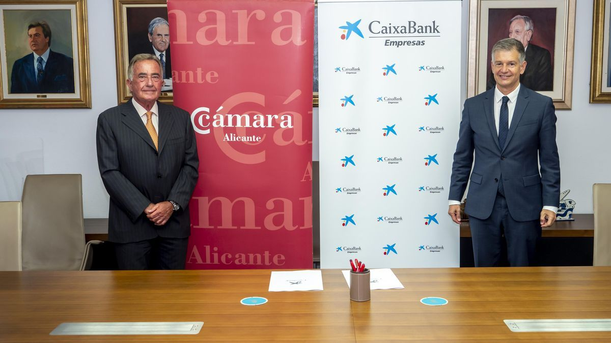 The president of the Alicante Chamber, Juan Riera, and the territorial director of CaixaBank, Xicu Costa.