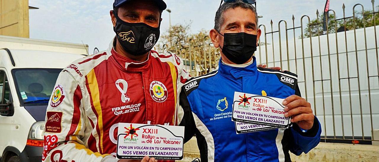 Nasser Al-Attiyah –a la izquierda–, junto a Juan Carlos Quintana, que le entrega la invitación al Rally de Lanzarote.     LP/DLP