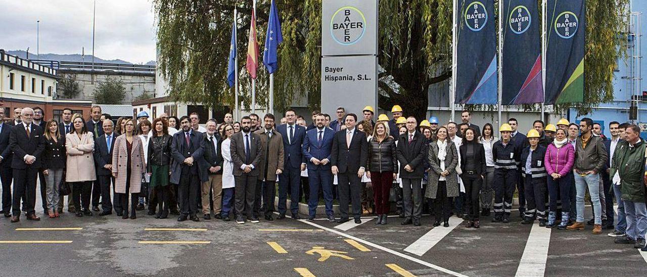 Asistentes a la inauguración de la rehabilitación de un edificio de Bayer en Lada en noviembre del pasado año. Fernando Rodríguez