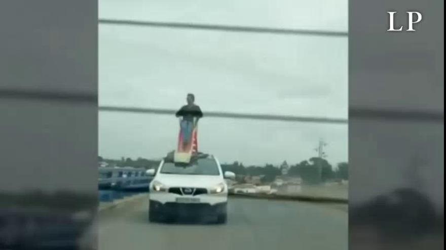 Circula sentado en un tobogán en el techo de un coche