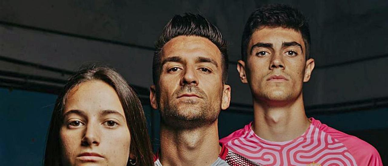 De izquierda a derecha, la jugadora del equipo femenino Daniela, con la primera equipación; Natalio, con la segunda, y el portero Mario de Luis. | D. F.