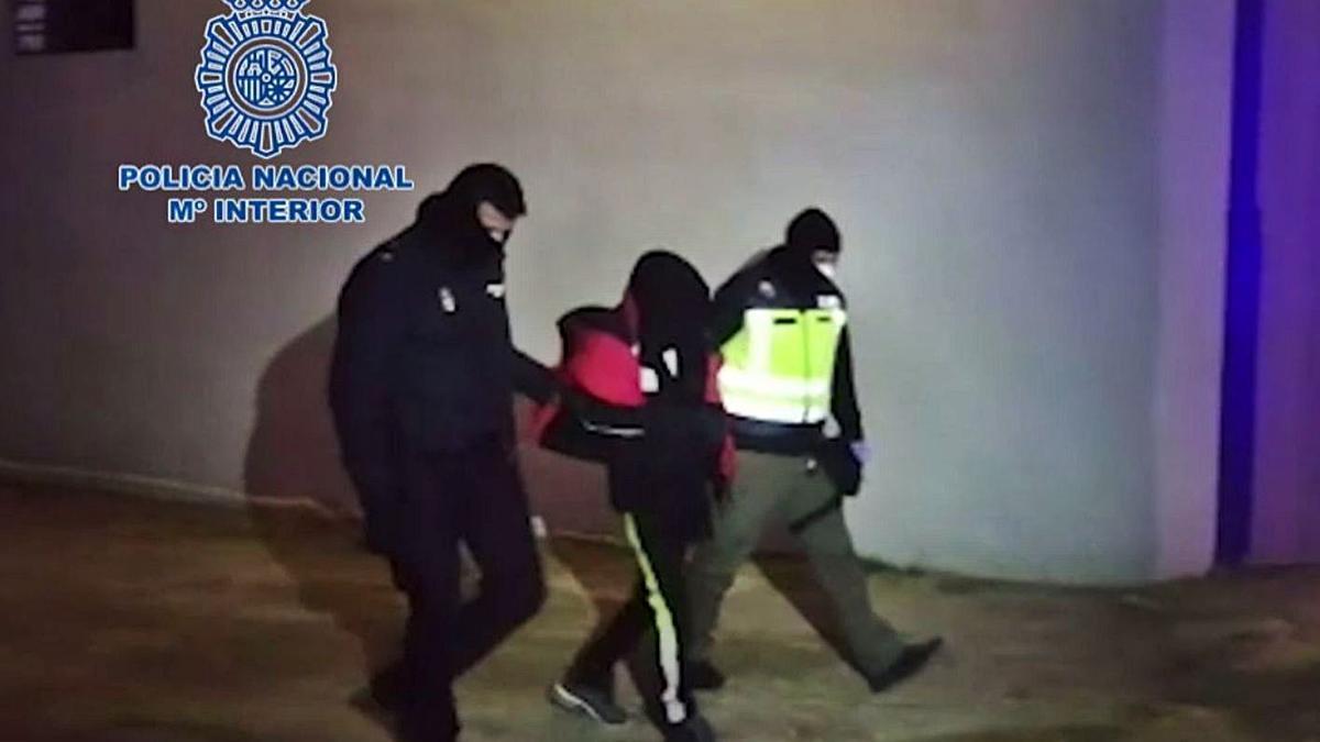 Imagen de la detención del varón, en las inmediaciones de la avenida Alcora de la capital. | LEVANTE-EMV