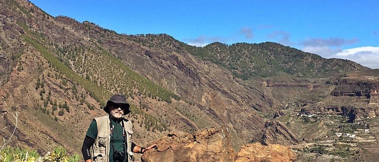 El arqueólogo, junto a un apilamiento de grandes de piedras colocado en los bordes de la cima como sistema de defensa.     LP/DLP