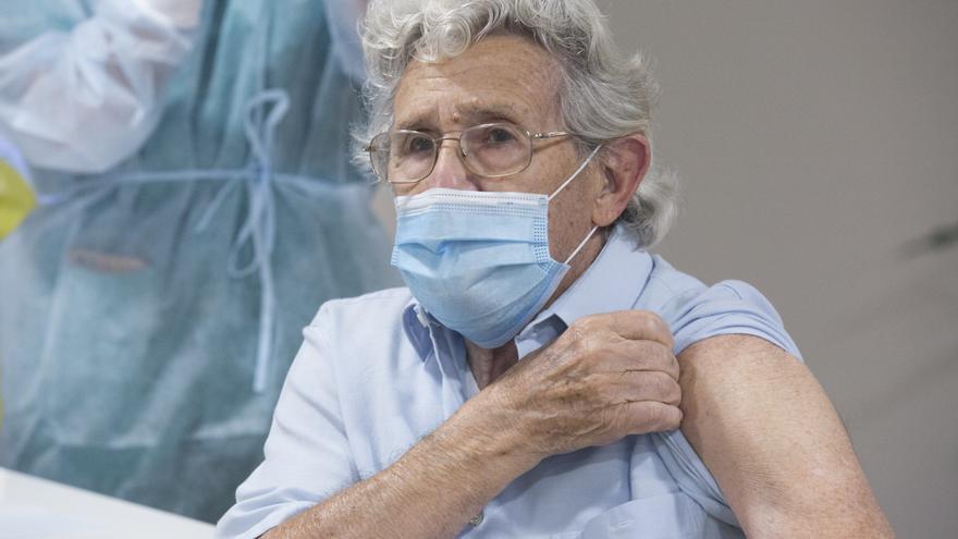 Castilla-La Mancha y Extremadura prevén vacunar en junio a la población entre 30 y 39 años