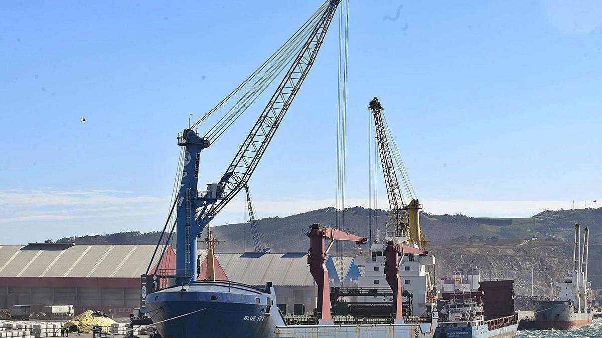 Una operación de descarga en un buque en el puerto exterior. |   // AUTORIDAD PORTUARIA DE A CORUÑA