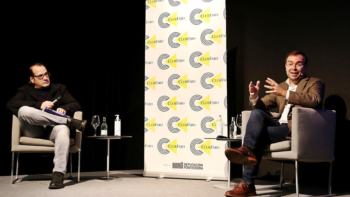 El escritor Javier Sierra (dcha.), durante su charla coloquio en el Club Faro, con el periodista Rafa Valero (Izda.). |   // FARO