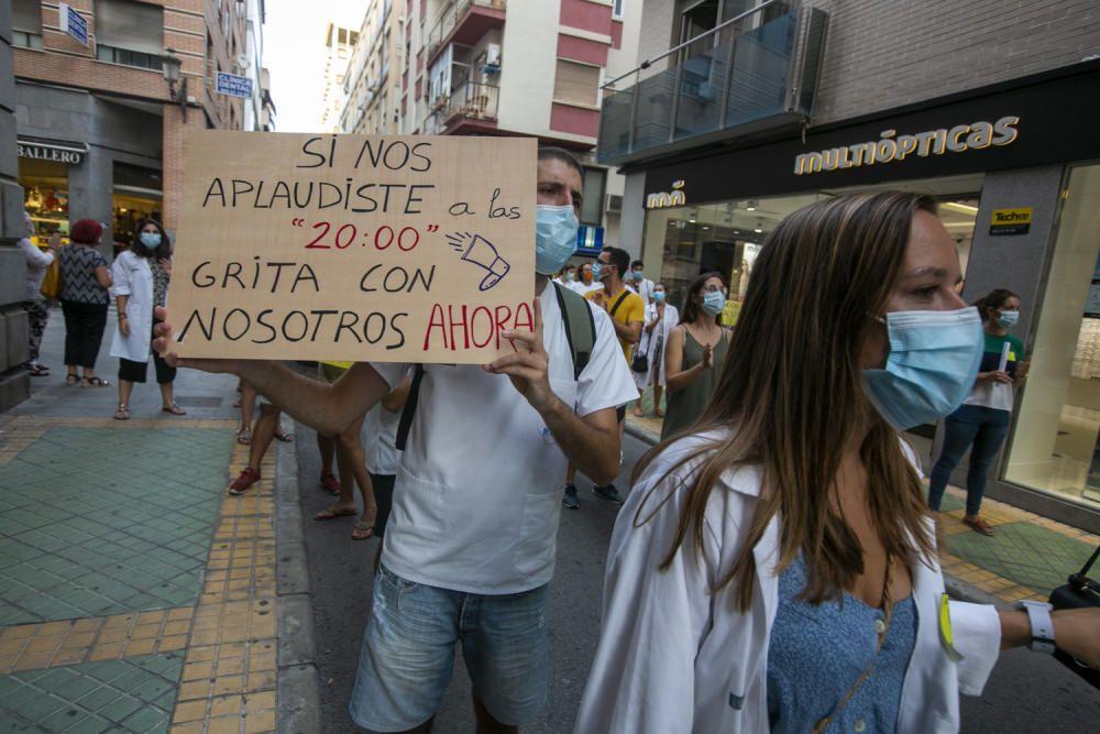 Los médicos residentes echan en cara a la consellera Barceló que Madrid ya ha llegado a un acuerdo y ha dado fin a la huelga.