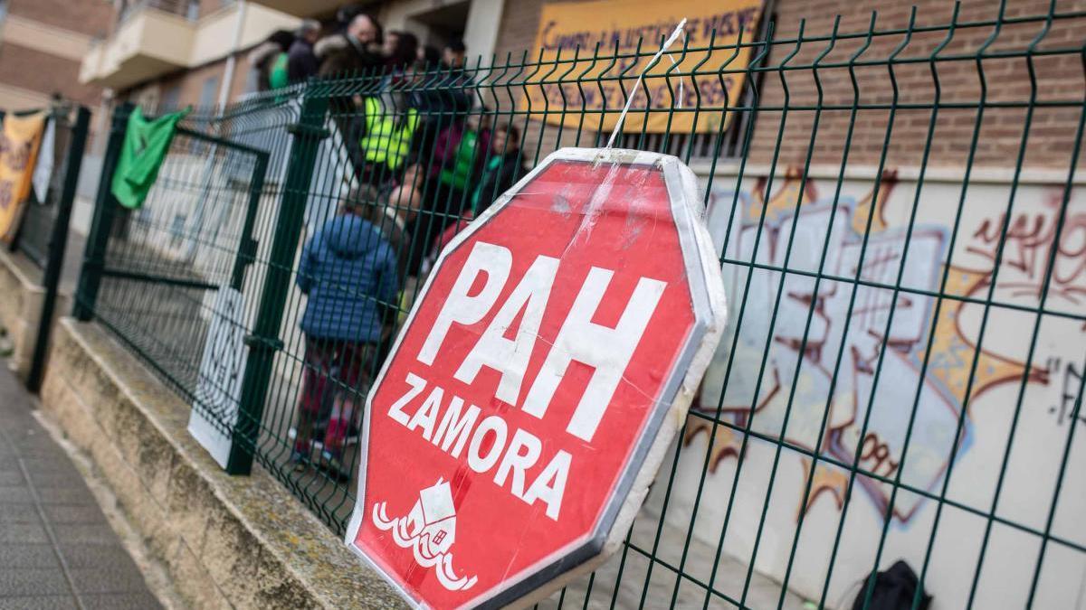 Movilización de la PAH en la vivienda para evitar el desalojo de la familia de Zamora.