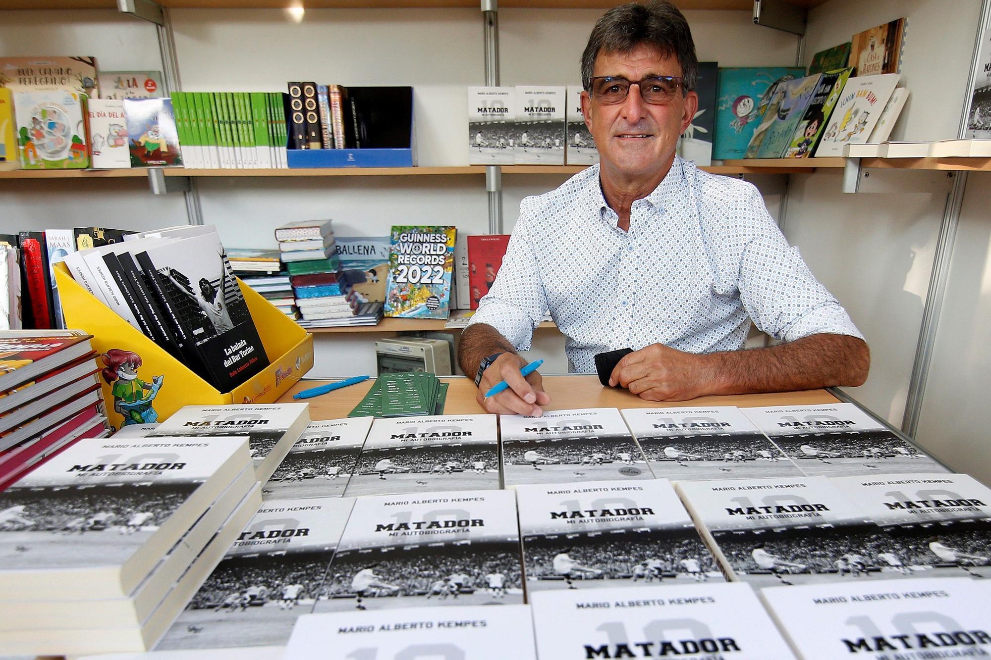 Kempes vuelve a València para firmar su biografía