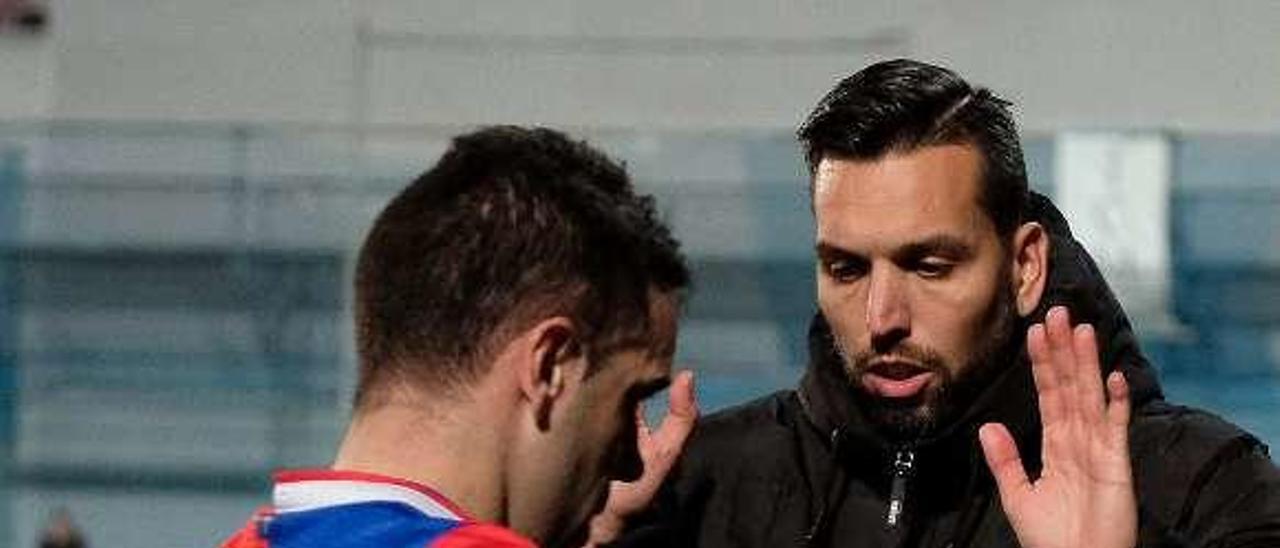 Hernán anima a Javi Sánchez en un duelo de esta campaña.
