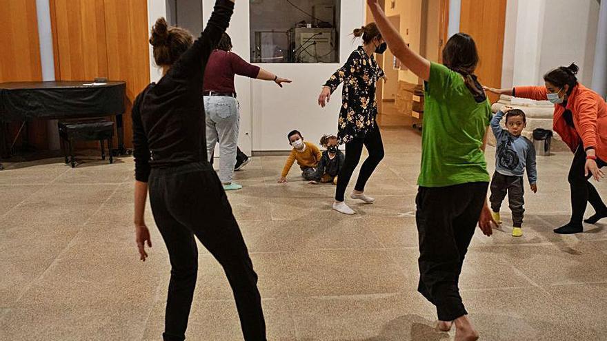 Danza y juegos con los pequeños de la casa