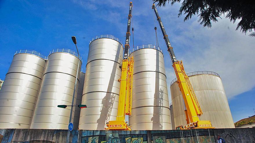 Aceites Abril instala los nuevos depósitos para ampliar el almacenaje en el Puerto
