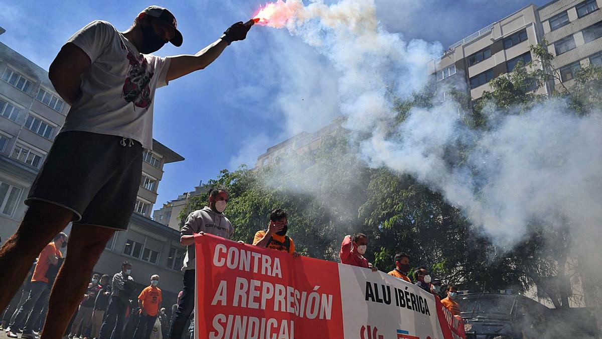 Concentración de trabajadores de la fábrica de Alu Ibérica en A Coruña. |   // VÍCTOR ECHAVE