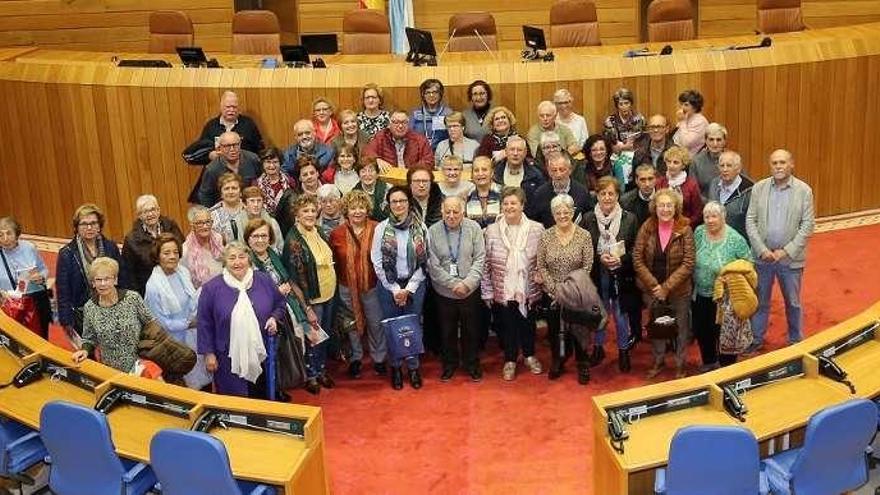 Medio centenar de marinenses visitan el Parlamento de Galicia