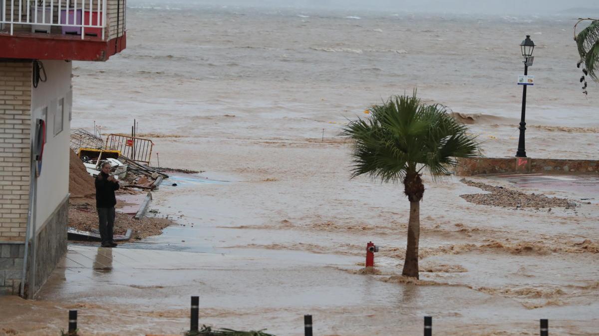 Efectos de la DANA de septiembre sobre una playa de Los Alcázares.