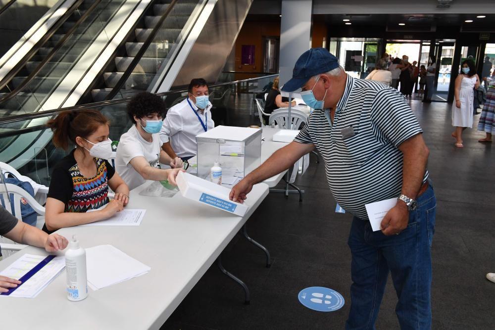 Colas en los colegios electorales de A Coruña