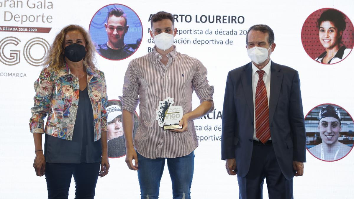 Miguel Martínez, ganador en natación en la 22 Gran Gala do Deporte de Vigo e Comarca, con Carmela Silva y Abel Caballero. 16 junio 2021. Ricardo Grobas