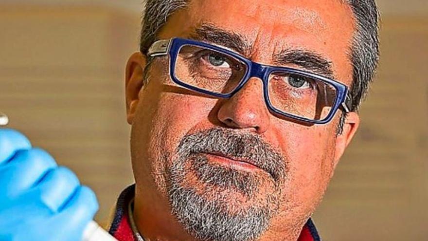 """Alfredo Corell: """"Si no se vacuna a todo el mundo cuanto antes, se puede dar ventaja al virus y que surjan nuevas cepas"""""""
