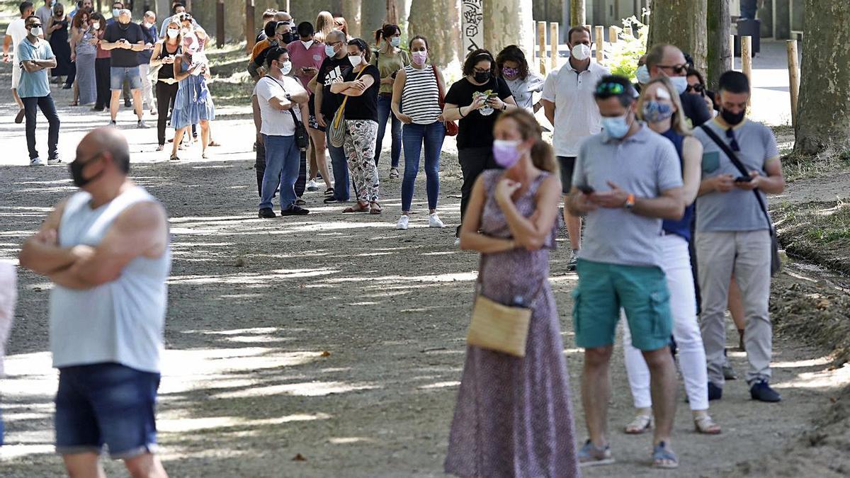 Cua per vacunar-se al Palau Firal de Girona, la setmana passada. | ANIOL RESCLOSA