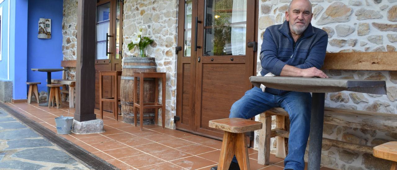 Javier Manjón, en el exterior de su casa de comidas El Acebu en Calabrez, Ribadesella.