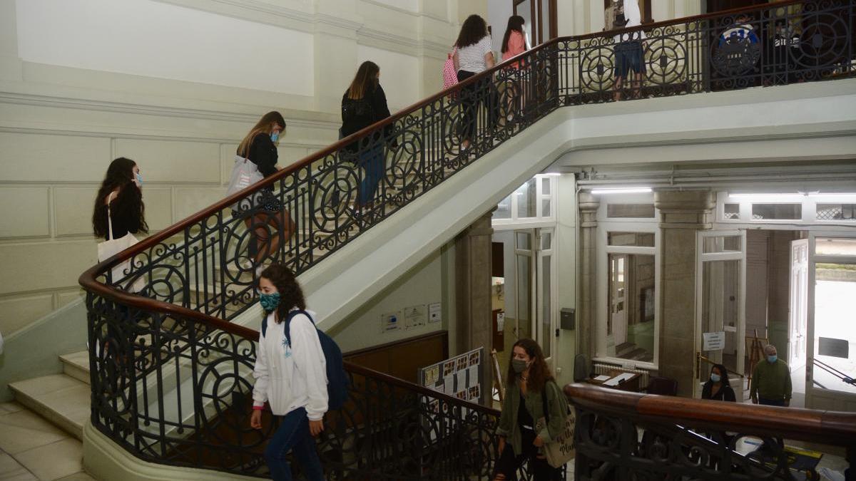 Estudiantes del IES Valle Inclán entran perfectamente ordenados al centro.