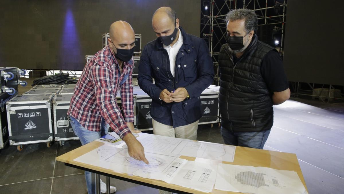 El concejal de Fiestas con Enrique Camacho, a la izquierda, que repetirá como director artístico en el Carnaval 2022