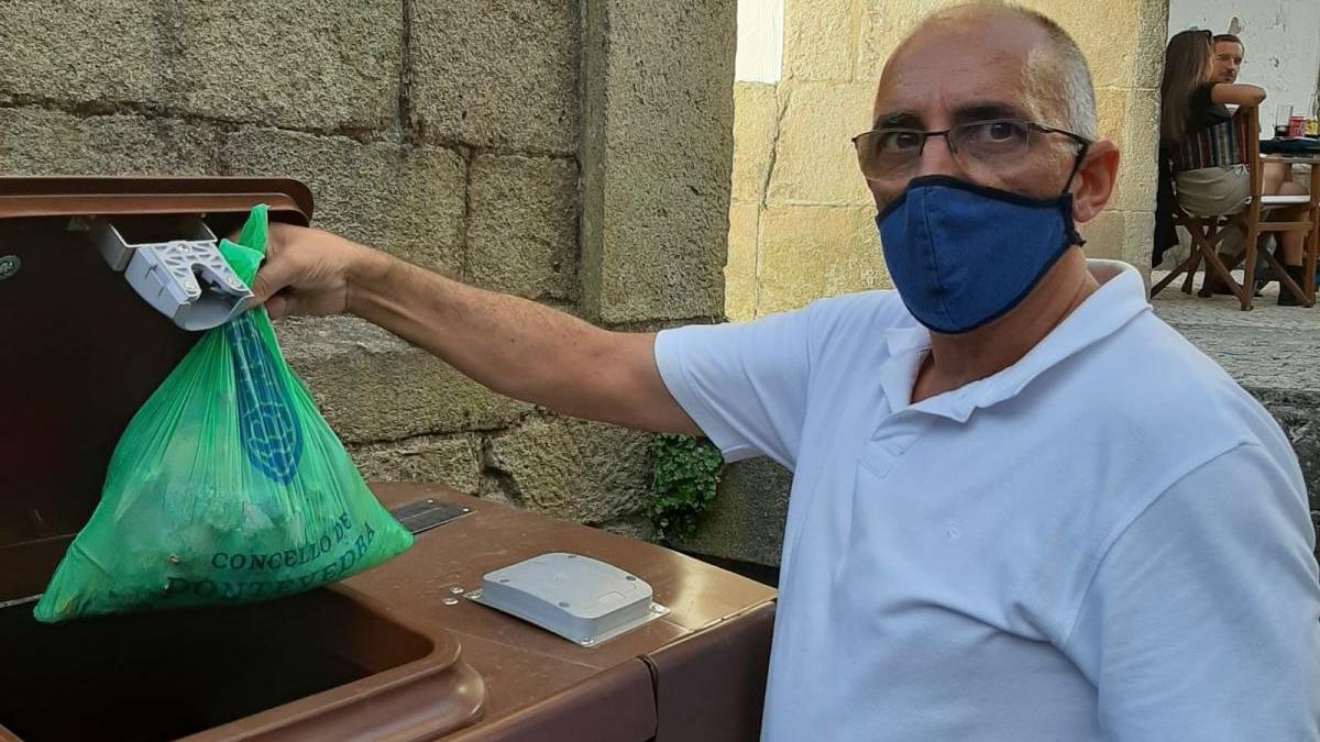 Los biorresiduos se depositan en bolsas compostables. // FdV