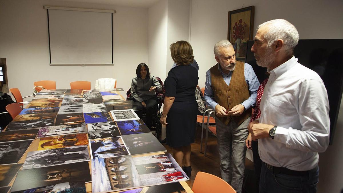 El jurado, en una de las ediciones del Concurso de Fotografía de la Junta Pro Semana Santa de Zamora