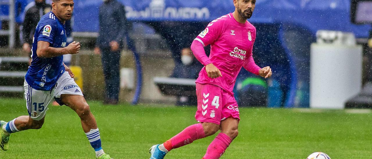 Álex Suárez golpea el balón ante la presencia de Nahuel Leiva en el partido que enfrentó al Real Oviedo con la UD Las Palmas el sábado pasado en el Carlos Tartiere.     LOF