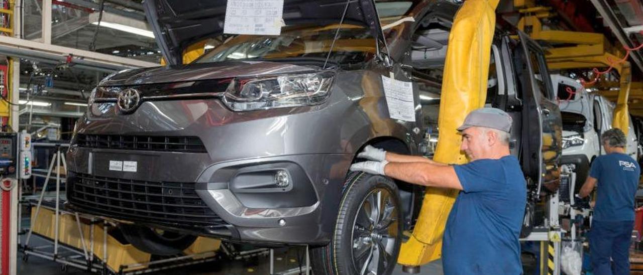 La primera unidad de Toyota Proace City fabricada en la planta de Balaídos. // PSA / Victor Cameselle