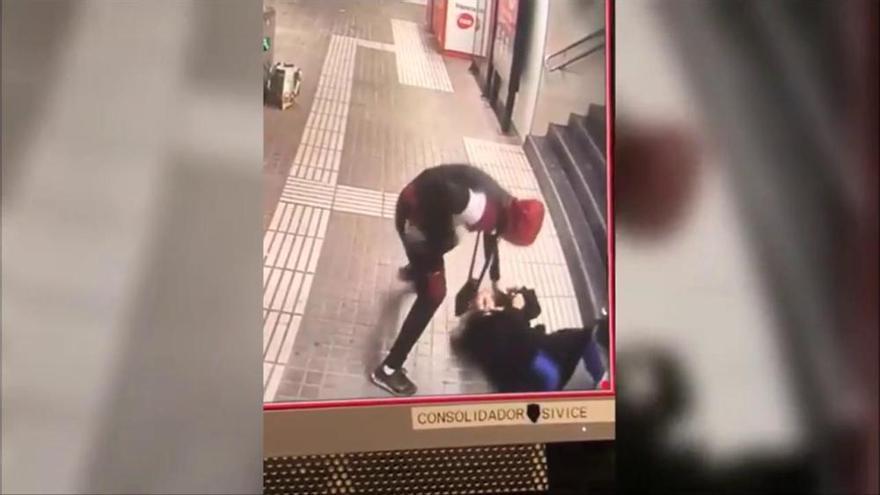 Brutal agressió a una dona per robar-li la bossa al metro de Barcelona