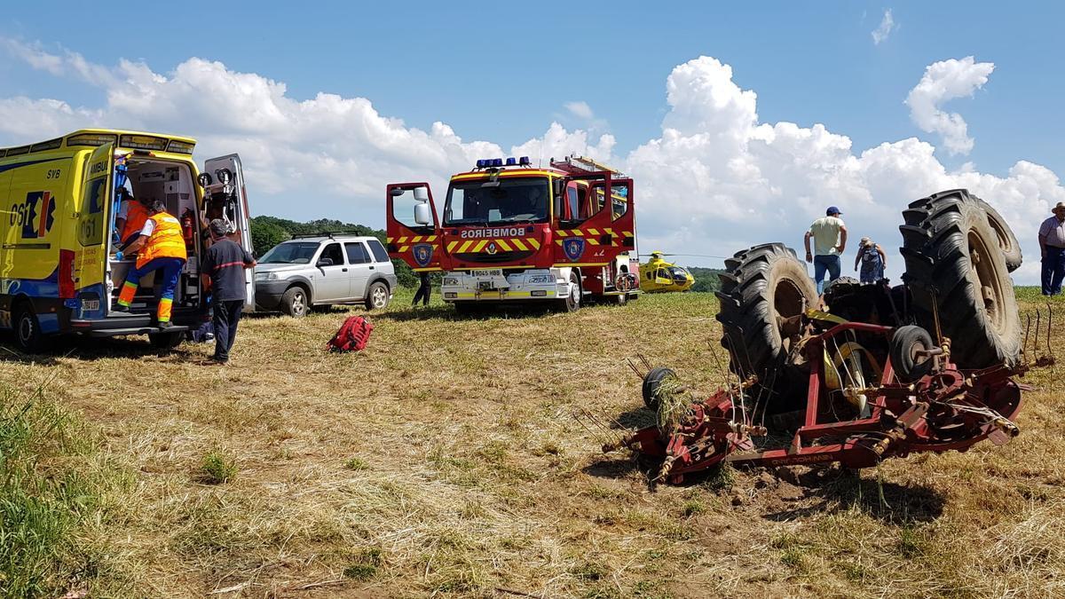 Traslado del varón herido en el vuelco de un tractor en Palmaz (Lalín).