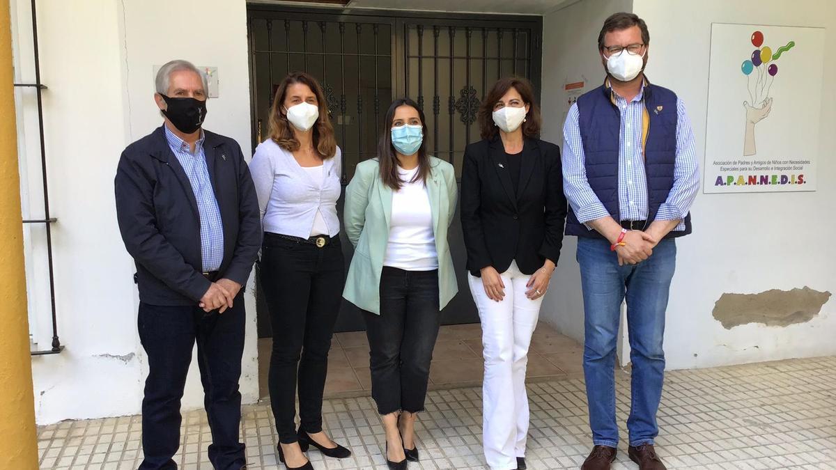 Beatriz Jurado, junto a concejales del PP y el presidente de Apannedis.