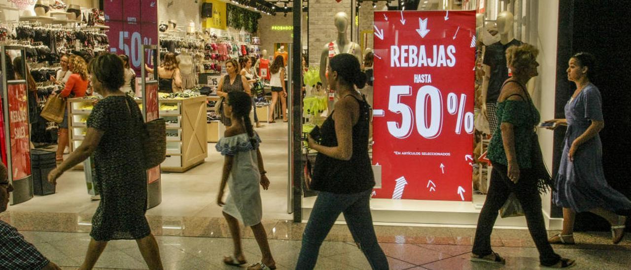 Clientes realizan sus compras en los comercios que están situados en el centro comercial l'Aljub en la última campaña de rebajas.