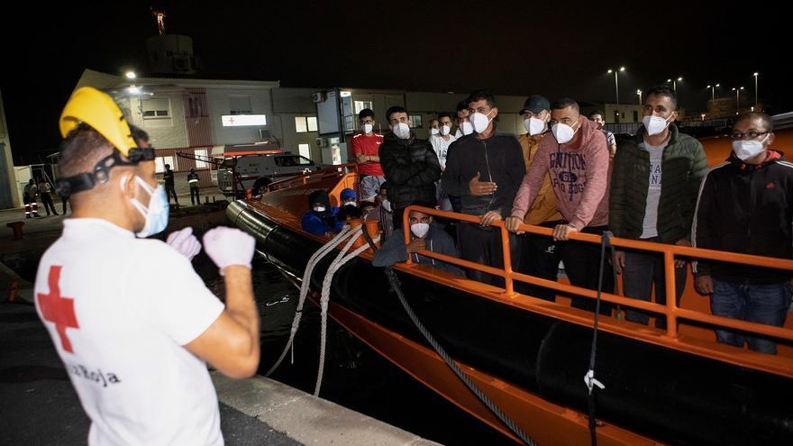 Rescatan a 19 migrantes que naufragaron cerca de la isla de Alborán