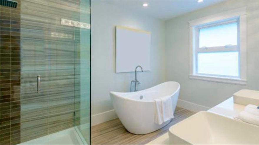 El sencillo truco casero que debes usar para limpiar la bañera sin esfuerzo y decir adiós a la cal