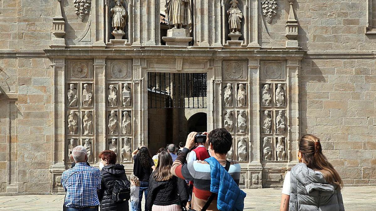 Turistas, ayer, en la Catedral de Santiago. |   // XOÁN ÁLVAREZ