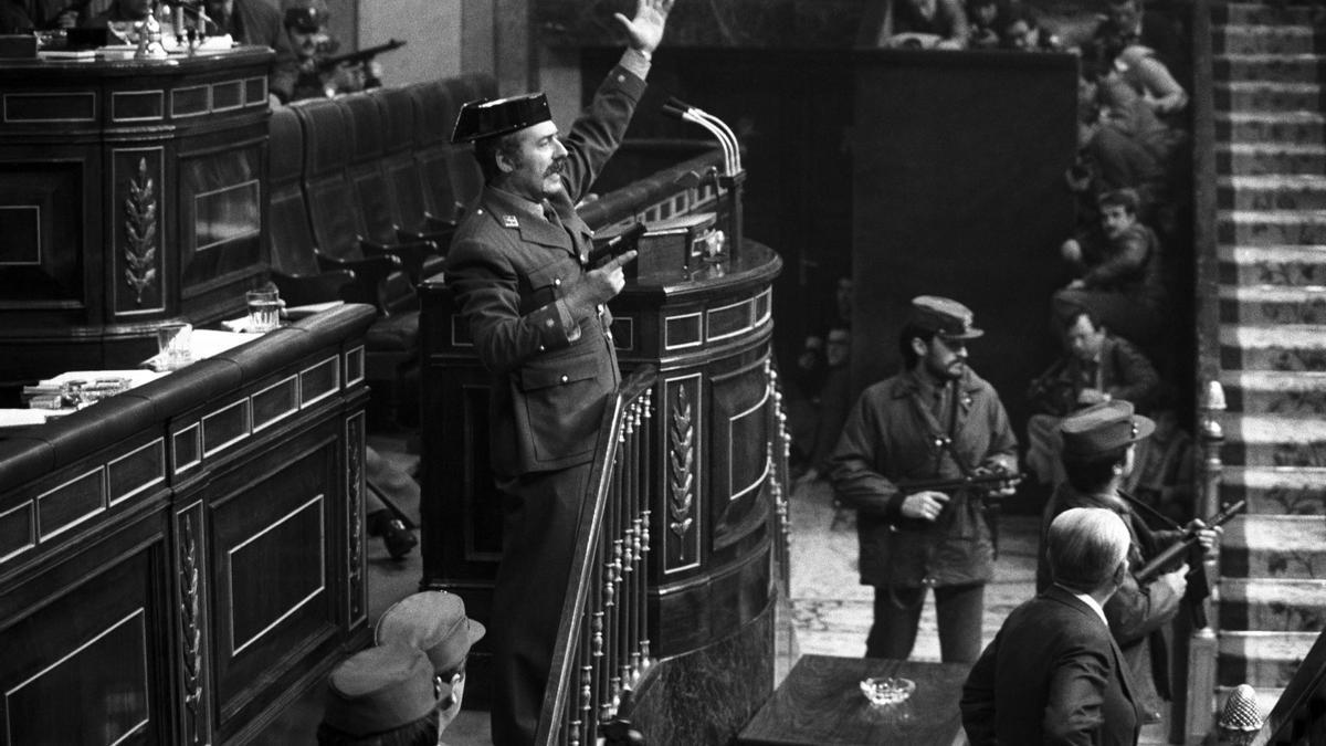 El teniente coronel Antonio Tejero irrumpe, pistola en mano, en el Congreso de los Diputados.