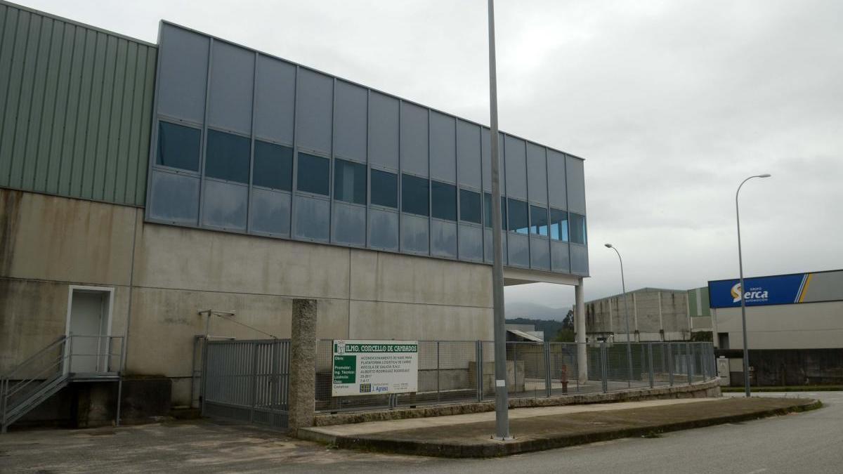 Sede de la empresa avícola en el polígono industrial de Cambados donde se originó el brote. // Noé Parga
